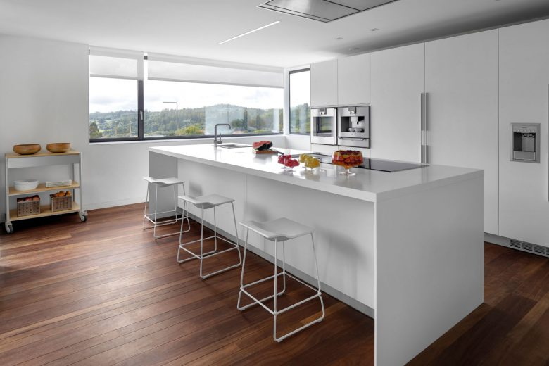 isla de cocina color blanco con bancos en los costados