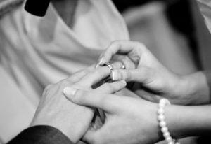 mujer dando el anillo de matrimonio