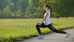 Mujer estirando antes de hacer ejercicio en la mañana