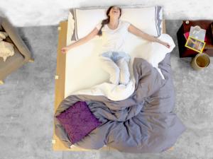 mujer disfrutando un colchón