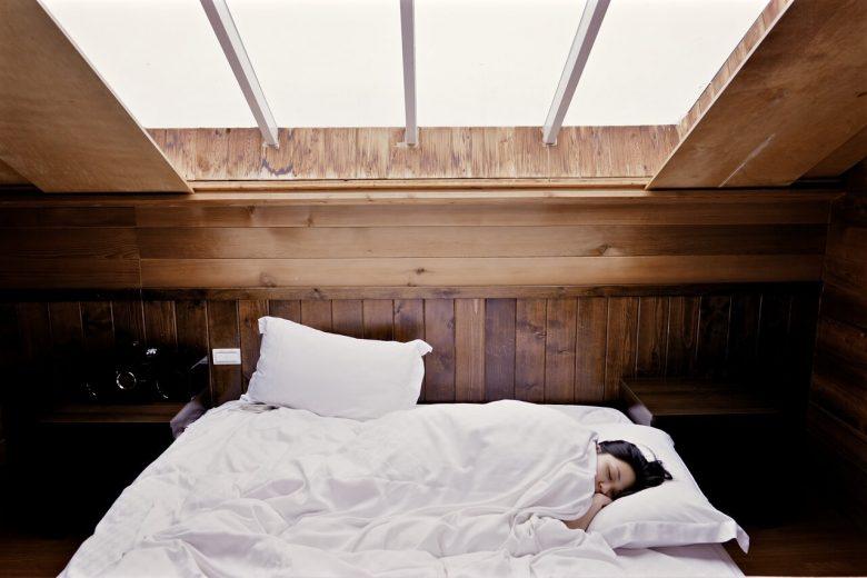mujer durmiendo en invierno