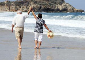 ancianos tomados de la mano en el mar