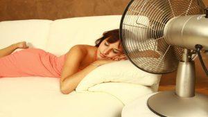 mujer durmiendo con un ventilador