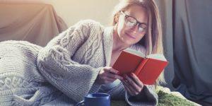 mujer leyendo en su cama