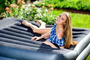 mujer sobre un colchón inflable