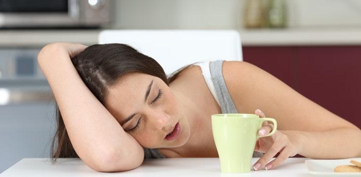 Mujer durmiendo sobre mesa