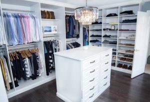 habitación con armario blanco